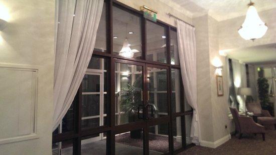 The Montenotte Hotel: porta entrata albergo