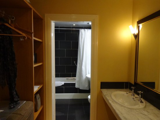 Dunraven Arms Hotel: bathroom area
