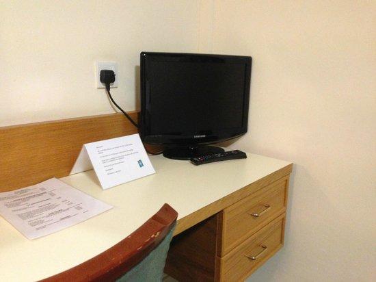 The Hunters Lodge: Room facilities -nice simple tv