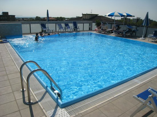 Renzo Hotel : La piscine sur le toit de l'hôtel