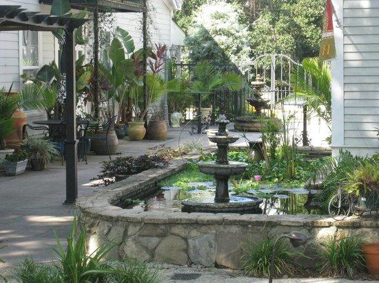 Courtyard with koi pond foto di grand magnolia ballroom for Koi pond traduzione