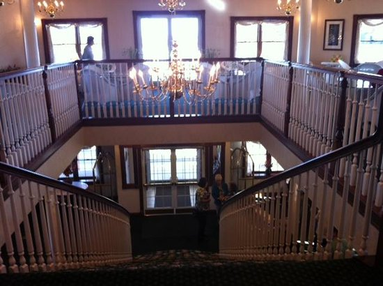 The Inn at Amish Door: Breakfast room and stairway down to lobby