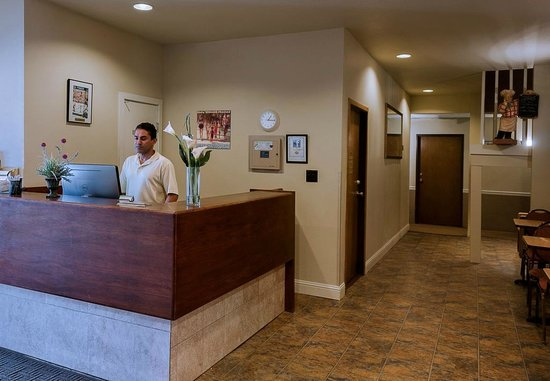 Boulder Twin Lakes Inn: Front Desk