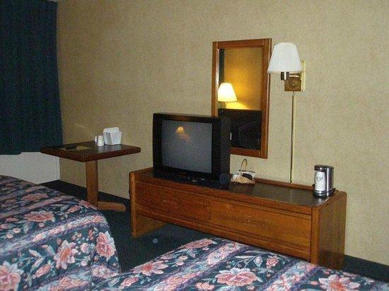 Days Inn Fredonia/Dunkirk: Table, TV