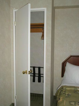 Quality Hotel & Suites Airport East : A REAL closet