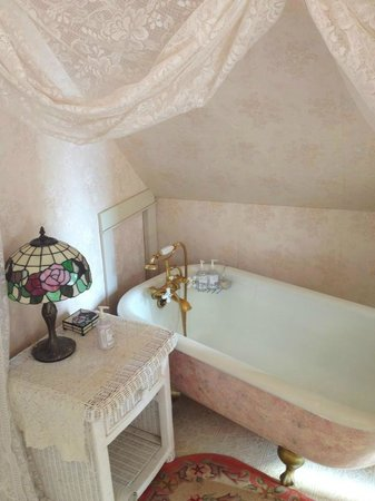 Old Consulate Inn: Tower Suite's bath tub