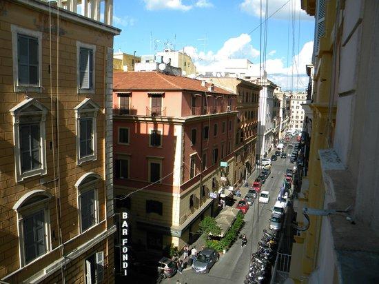 Hotel Milazzo: Vista desde la habitación al lado opuesto de Términi.