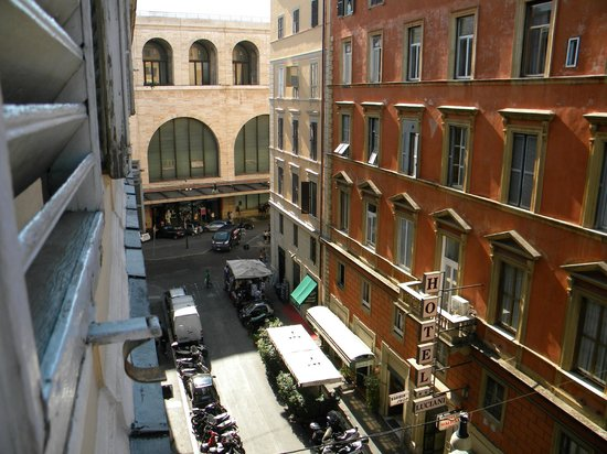 Hotel Milazzo: Vista de la habitación a la Estación Termini y la calle Marsala