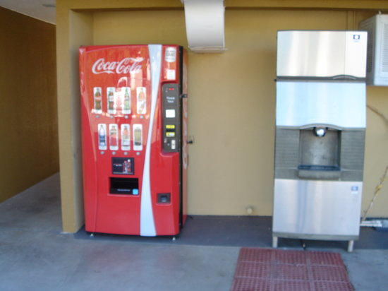 Travelodge Red Bluff: Ice and vending