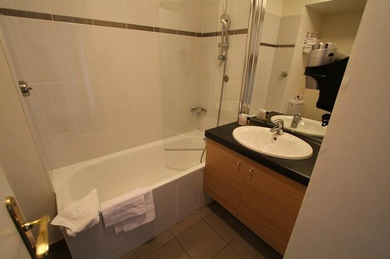 Residhome Appart Hotel Asnieres: Badezimmer