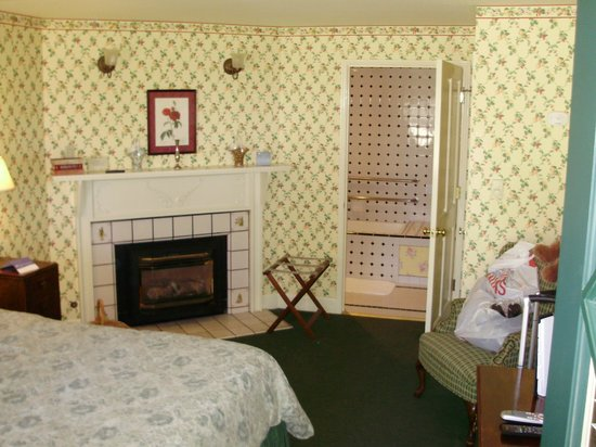 Green Gables Inn, A Four Sisters Inn: Fireplace in room