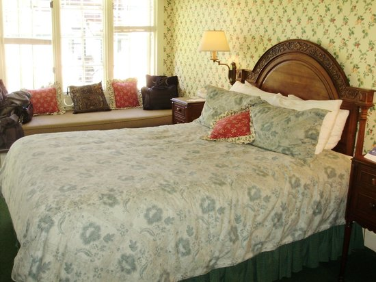 Green Gables Inn, A Four Sisters Inn: comfy bed