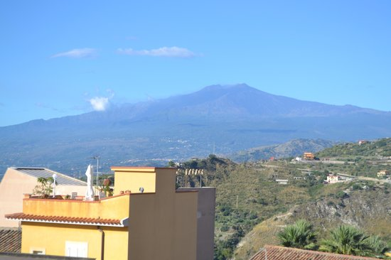 Hotel Del Corso: View of Mt. Etna from the rooftop terrace