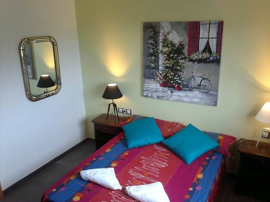 Livingirona Apartments : habitación