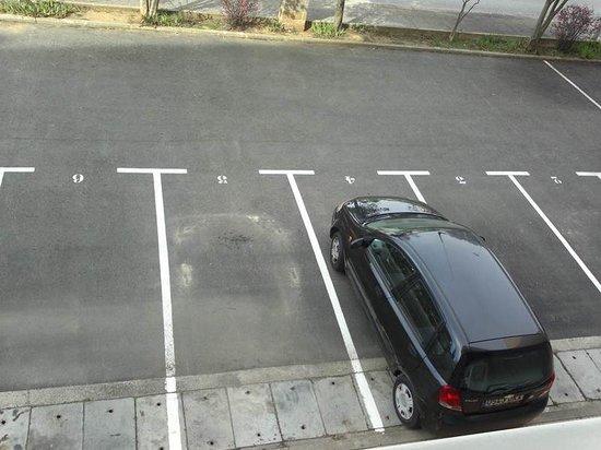 Livingirona Apartments : parking