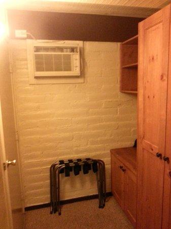 El Pueblo Inn: Storage area in the room