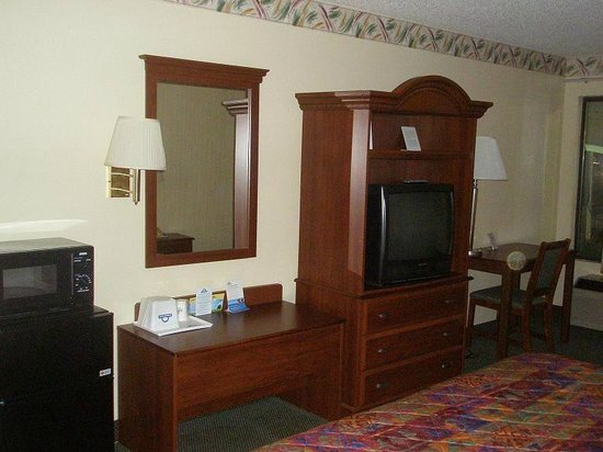 Days Inn Burlington East: Microwave, Fridge, TV, desk