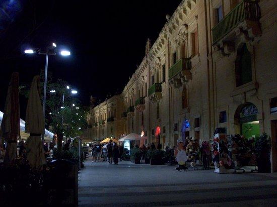 Qawra Palace Hotel: valletta at night