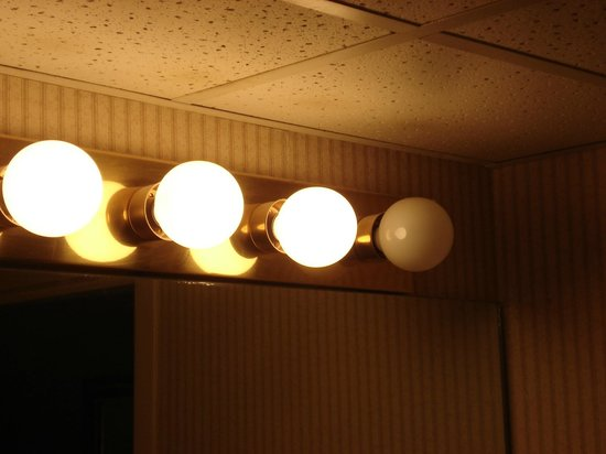 Holiday Inn Express Springfield: Dust on bathroom bulbs and on bulb out