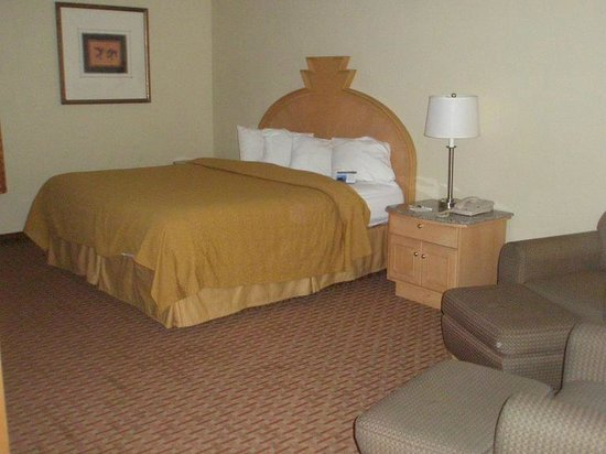 Quality Inn & Suites Greenfield: The bed