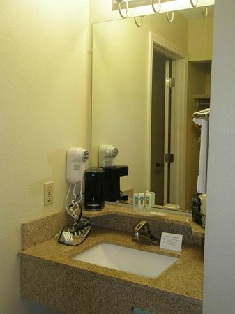 Quality Inn & Suites Greenfield: Sink area