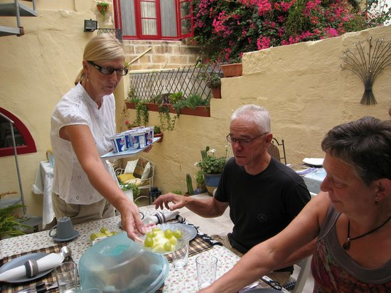 Mia Casa Bed and Breakfast Gozo: Jo serving breakfast.