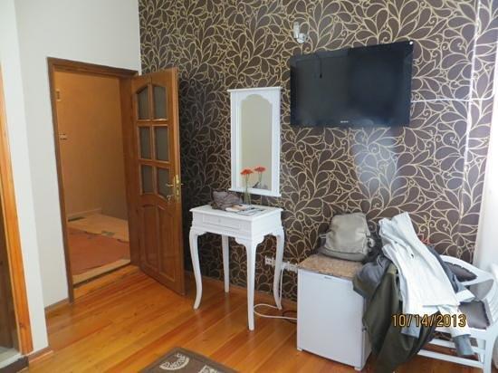 Tv y tocador del cuarto #302 - Picture of Blue Eye Suites ...