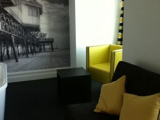 The Grand Hotel: Seating area next to the bath