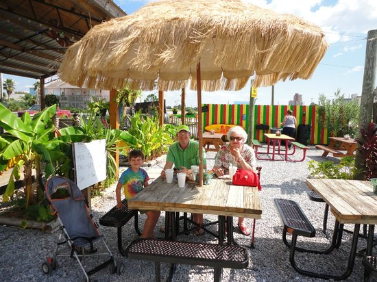Finns Island Style Grub: Outside dining at the beach
