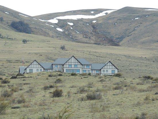 EOLO - Patagonia's Spirit - Relais & Chateaux: frente del hotel en con fondo de la cordillera