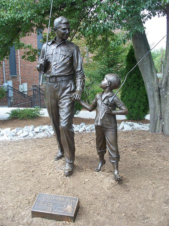 The Andy Griffith Museum: Statue