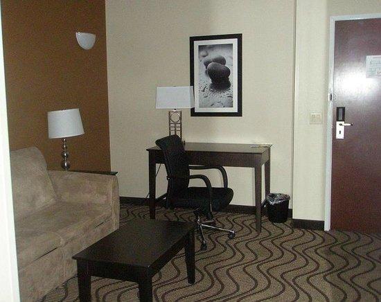 La Quinta Inn & Suites South Bend: suite area with desk