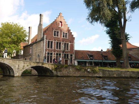 Balades En Bateau Sur Les Canaux: Belle maison au toit en escalier à Bruges