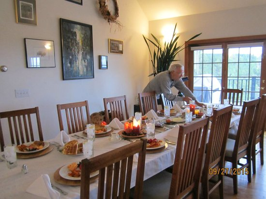 Peregrine Pointe Bed and Breakfast: Warren adding finishing touches to the breakfast table