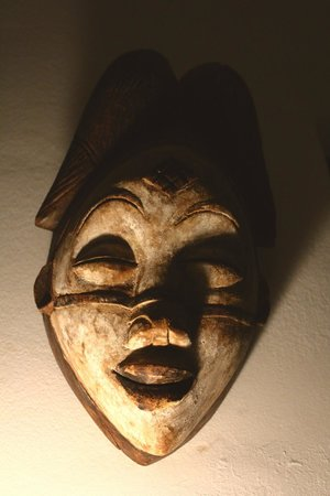 Dar Charkia: a mask in the living room