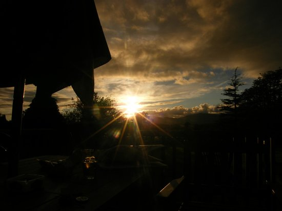 Fern Rock Bed & Breakfast: what a sunset why you enjoying at the deck!