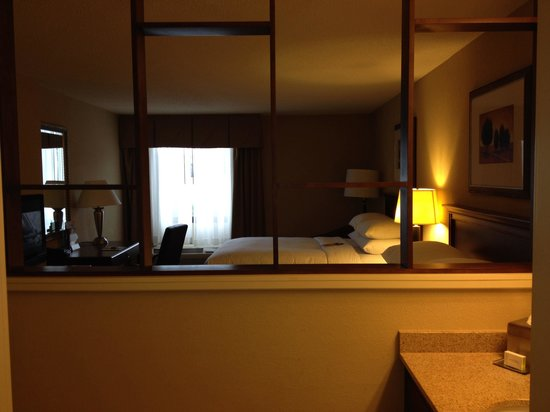 Doubletree by Hilton Hotel Columbia: Half wall view to the bedroom