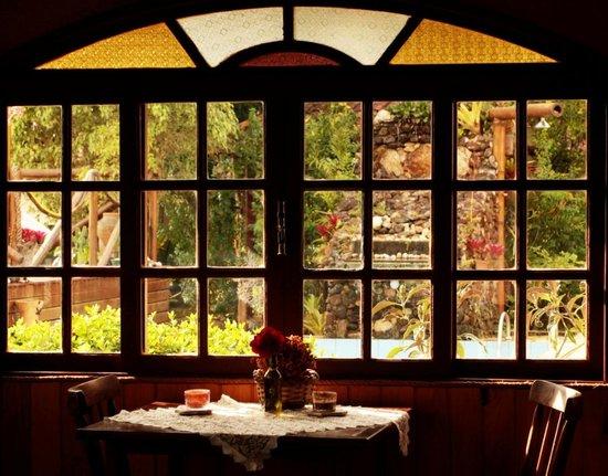 Pousada das Andorinhas: restaurante - cascatinha