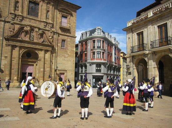 Parroquia de San Isidoro El Real : Grupo folclórico frente a la iglesia.
