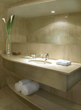Boulevard Suites: Bathroom