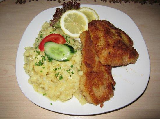 Gasthaus Zum Roten Ochsen: Wiener Schnitzel in Butter gebraten, mit Kartoffelsalat