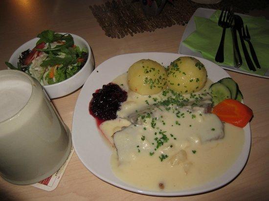 Gasthaus Zum Roten Ochsen: Wiener Tafelspitz mit Birnen - Meerrettichsauce, Kartoffelkloß, Wildpreiselbeeren und Salattelle