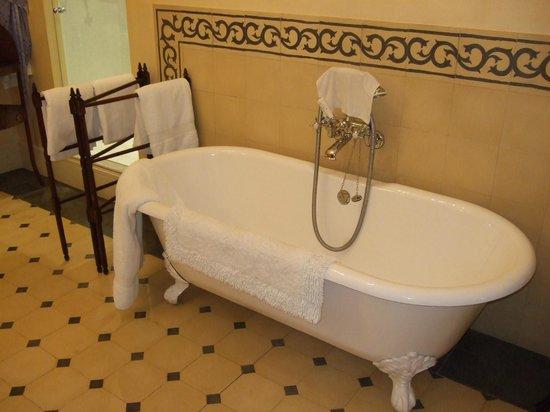 Hotel Salvia: Nice bath in a very large bathroom