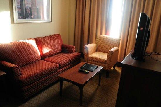 Residence Inn by Marriott Montreal Airport : Living room in room.