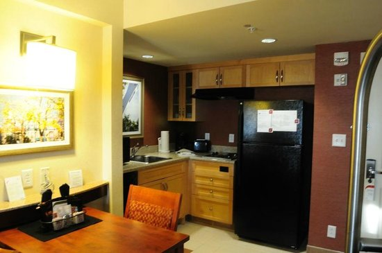Residence Inn by Marriott Montreal Airport : Kitchen  and dining area in room