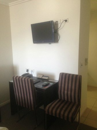 BEST WESTERN PLUS Cairns Central Apartments : TV and desk