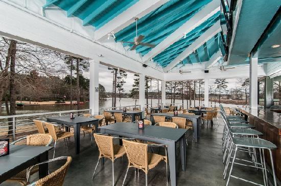 Bone Island Grillhouse: Lakeside Patio
