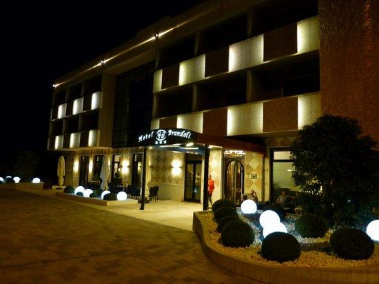 Brandoli: Hotelansicht am Abend