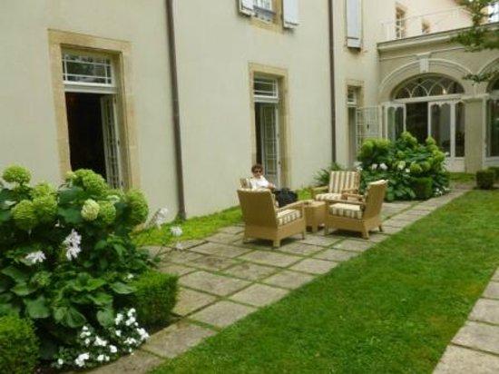 Les Pres d'Eugenie : Autre aspect du jardin devant le restaurant