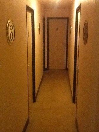 Detective Hotel : vista del corridoio di accesso alle camere